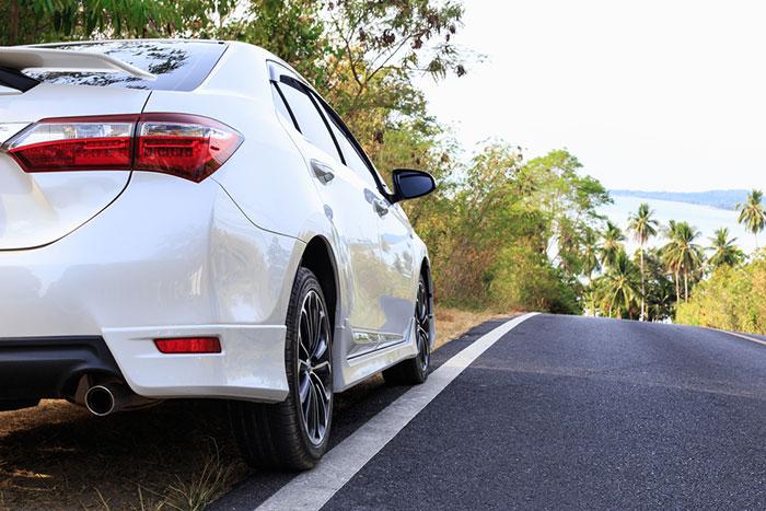 Mobil Warna Putih