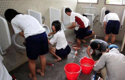 Siswa Bersih-Bersih Toilet Sekolah