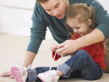 Ajarkan Anak Balita Mengikat Tali Sepatu