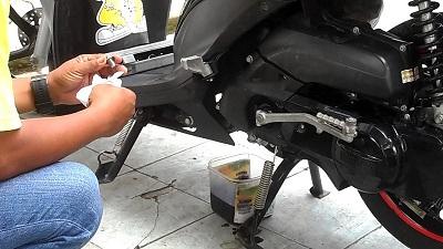 Tips Memilih Oli Terbaik Untuk Motor Yang Digunakan Harian